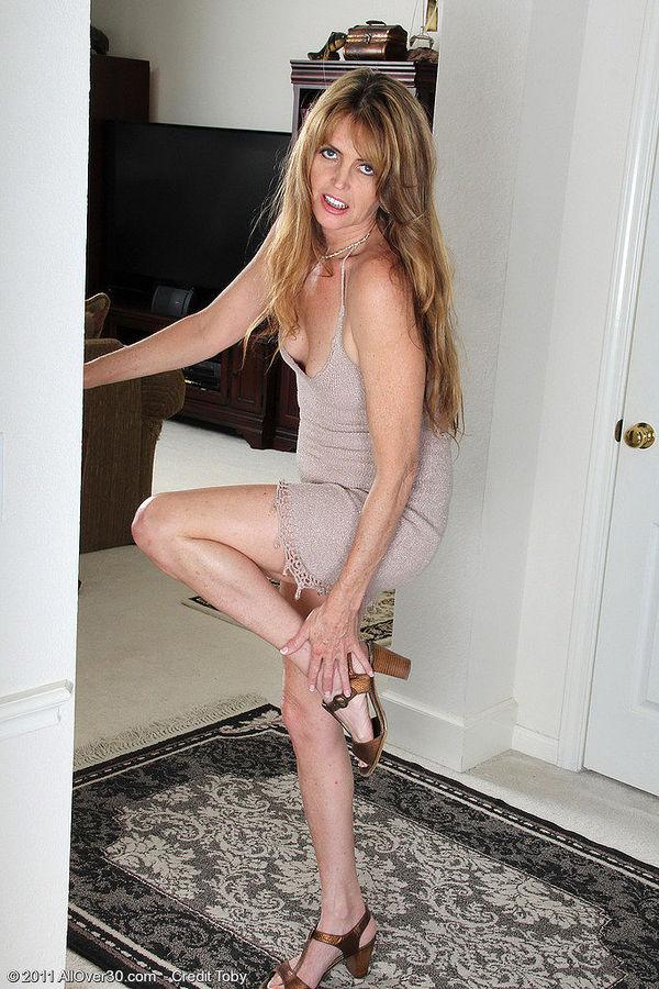 женщина в кожаной одежде фото
