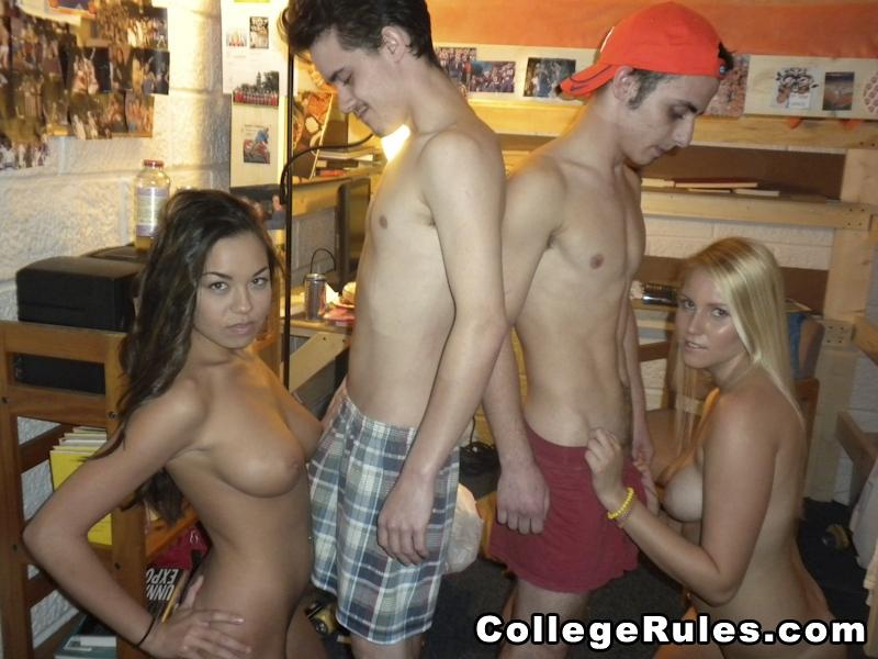 В общаге голые девушки фото