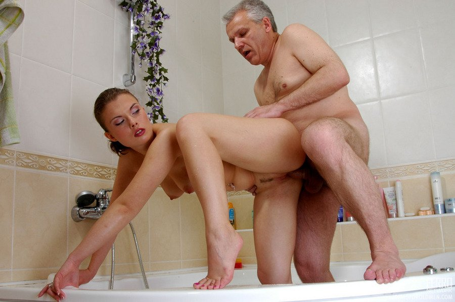 Папа с дочкой занимаются сексом в ванноой