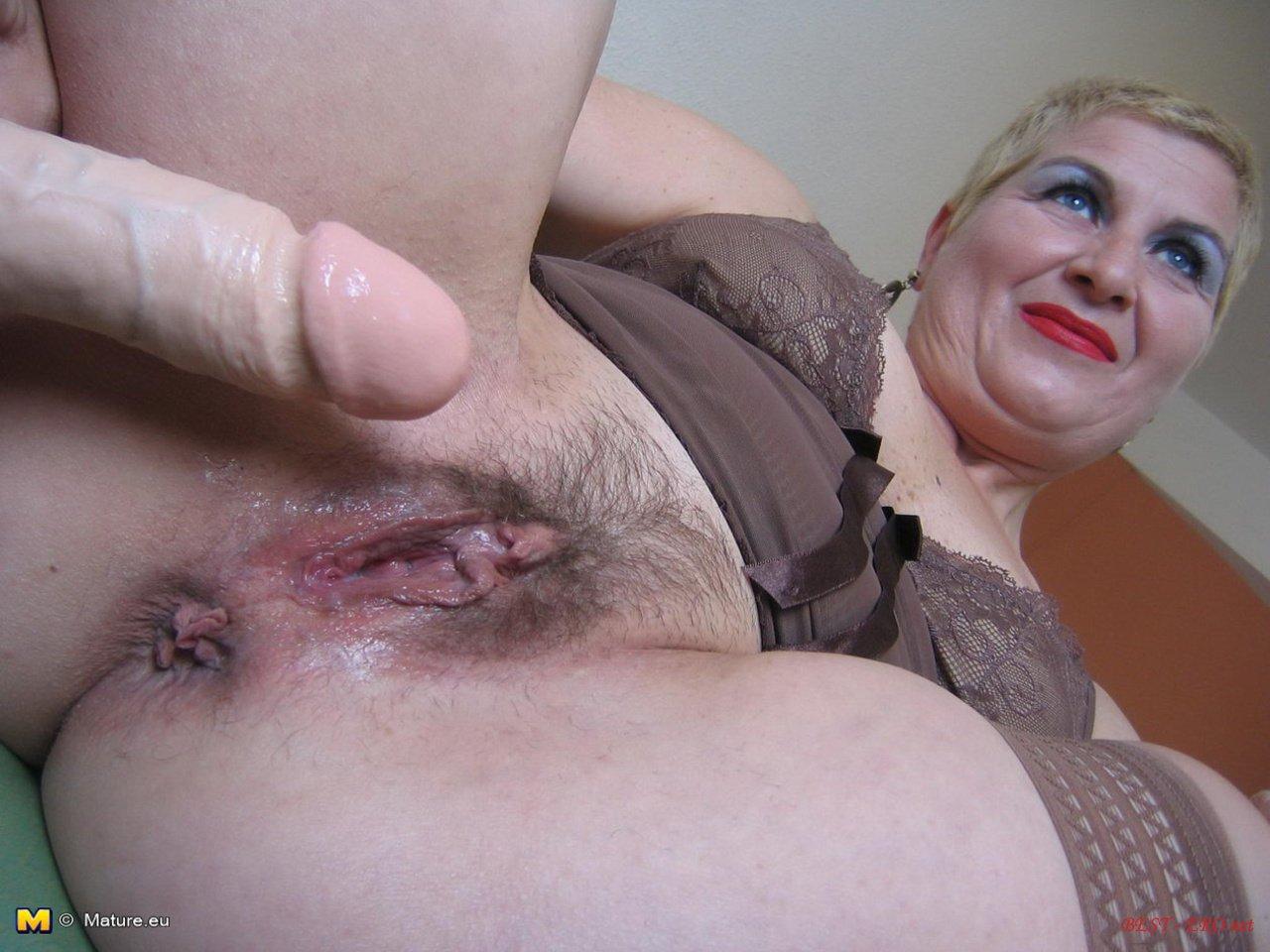 Толстая мадам мастурбирует 26 фотография