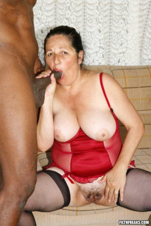 Бабульки с обвисшими телами очень любят молодых пареньков, а отнюдь не пожи