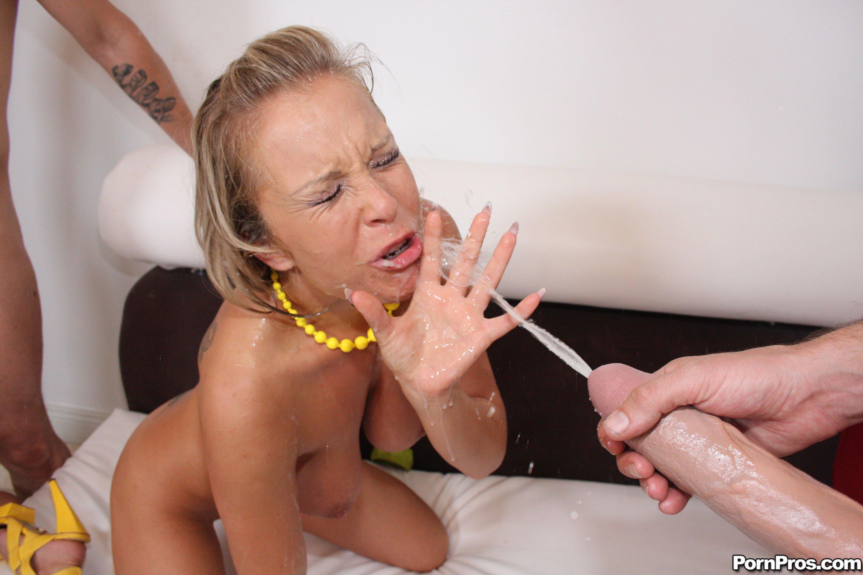 Большие выстрелы спермы в рот 4 фотография