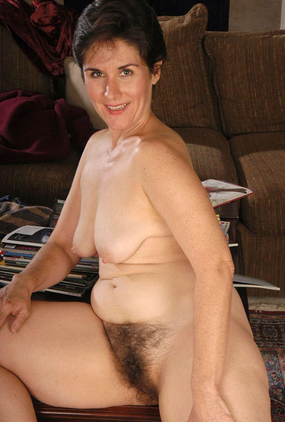 фото голая дама на корточках