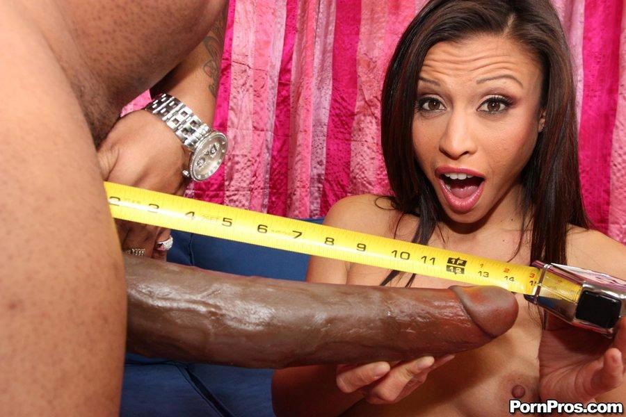 Девушка измеряет член